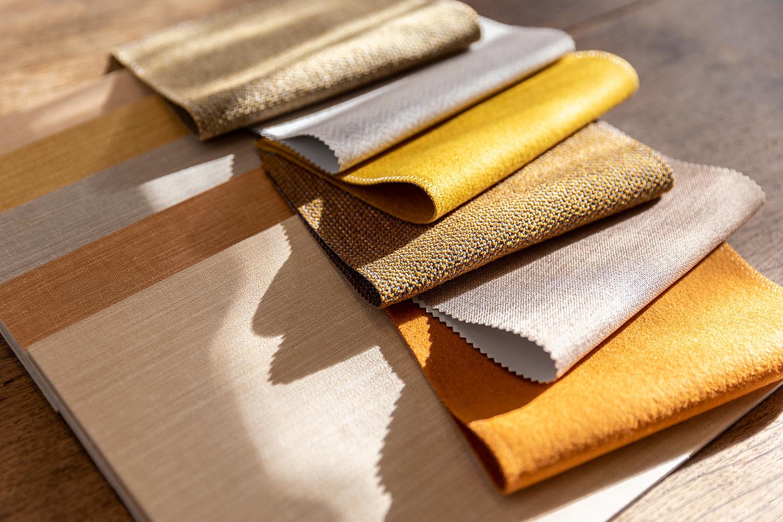 combinatie van wandbekleding, meubelbekleding en gordijnstoffen