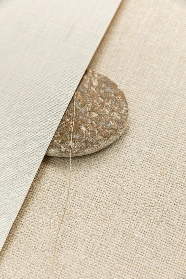 close up twee verschillende dessins linnen wandbekleding