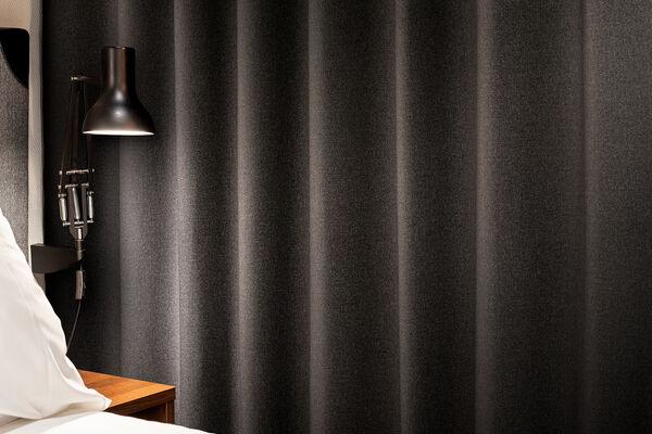Black out gordijnstof in een hotelkamer