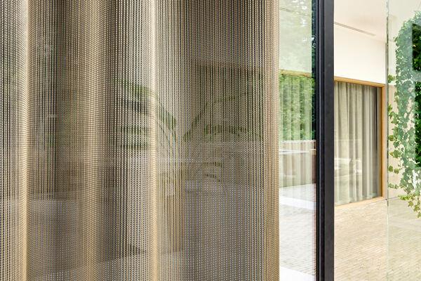 Transparante akoestische gordijnstof met een verticale structuur