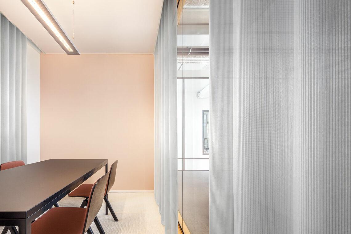 Acousticsche gordijnstof een in een meetingroom