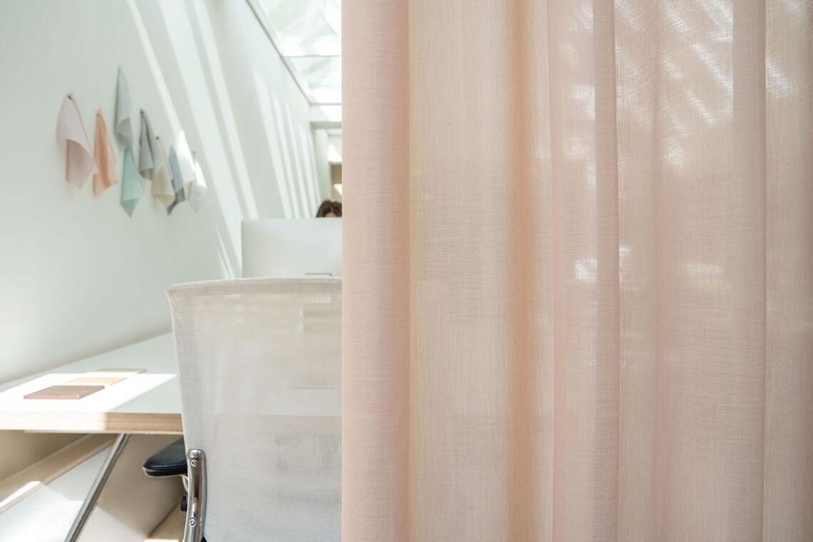 Transparante akoestische gordijnstof Tay voor een raam