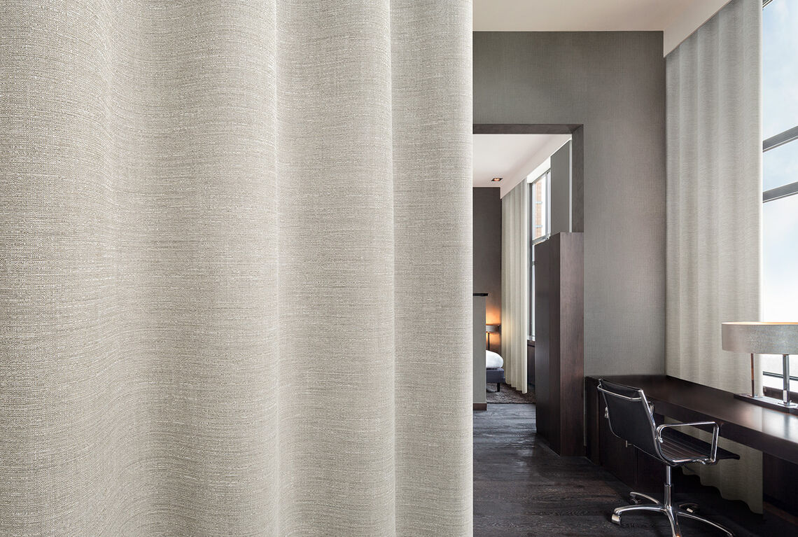Linen-inspired curtain Rona in a hotelroom